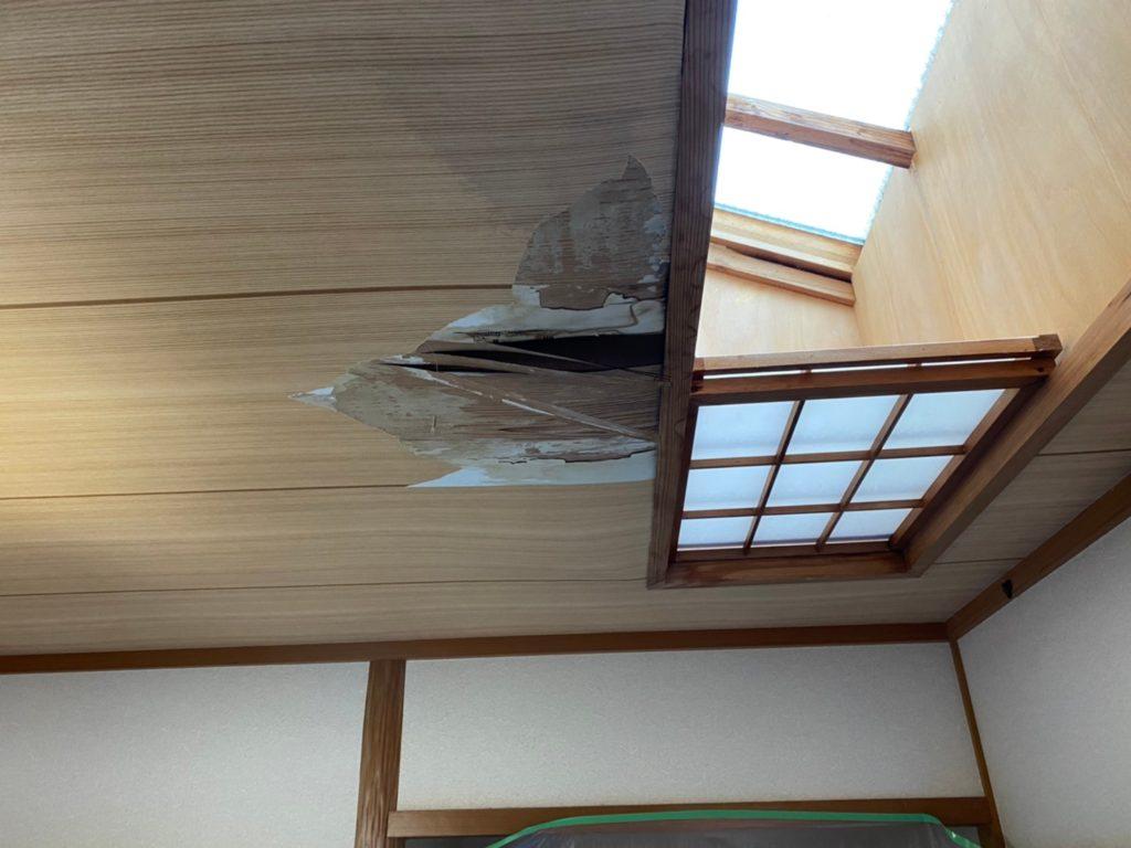 木材の腐食により、天井が抜けている写真