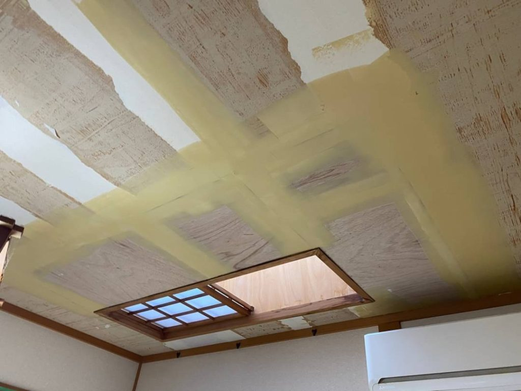 天井を貼り直している写真